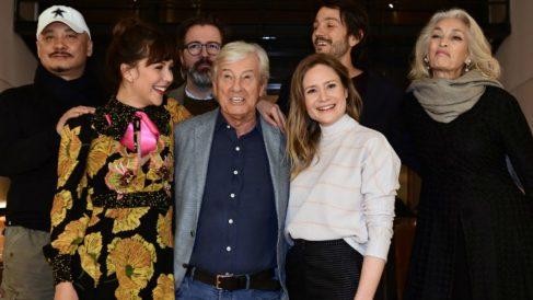 Paul Verhoeven (en medio) rodeado por los miembros del jurado del que será presidente durante la Berlinale de este año. Foto: AFP