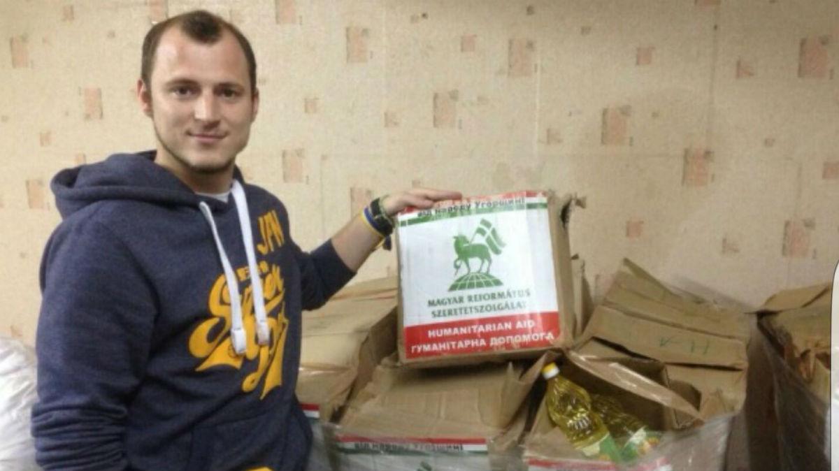 Roman Zozulya con alimentos de su fundación.