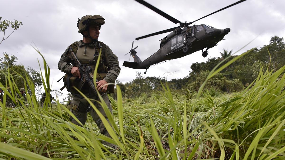 Un miembro de los equipos antidroga de la policía colombiana. (foto: AFP)