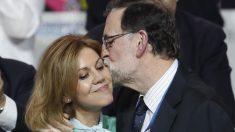 Rajoy recibe a María Dolores de Cospedal con un cariñoso beso. (Foto: EFE)