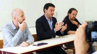 Thomas Piketty, entre Nacho Álvarez y Pablo Iglesias, en una rueda de prensa en París, en mayo de 2015.
