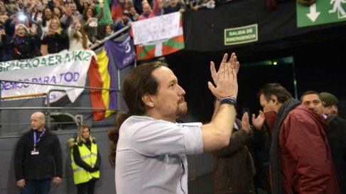 Pablo Iglesias saluda a la grada de Vistalegre II rodeado de una ikurriña y una bandera republicana. (OKD)