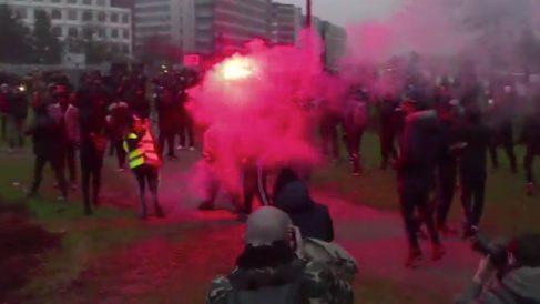Cientos de jóvenes se han enfrentado a la policía en el suburbio de Bobigny (París).