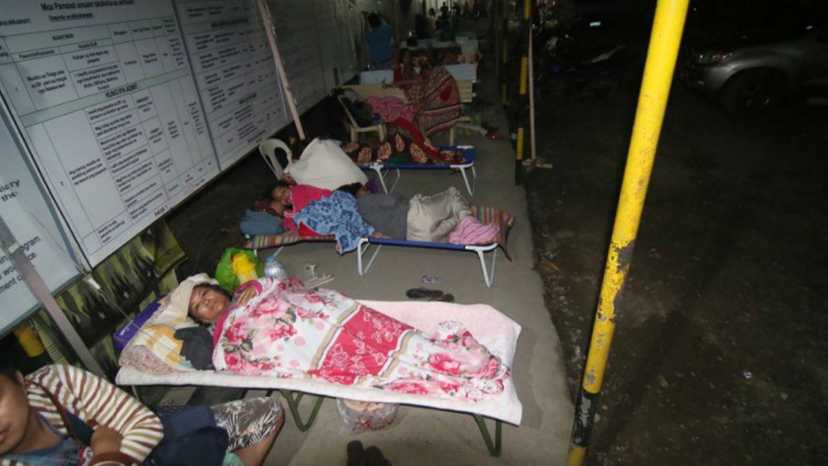 Los heridos y afectados por el fuerte terremoto descansan en improvisados hospitales al aire libre. Foto: AFP