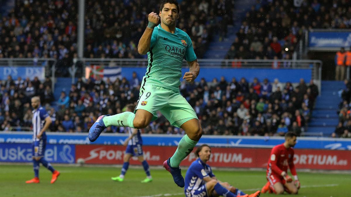Luis Suárez celebra uno de sus goles contra el Alavés. (AFP)