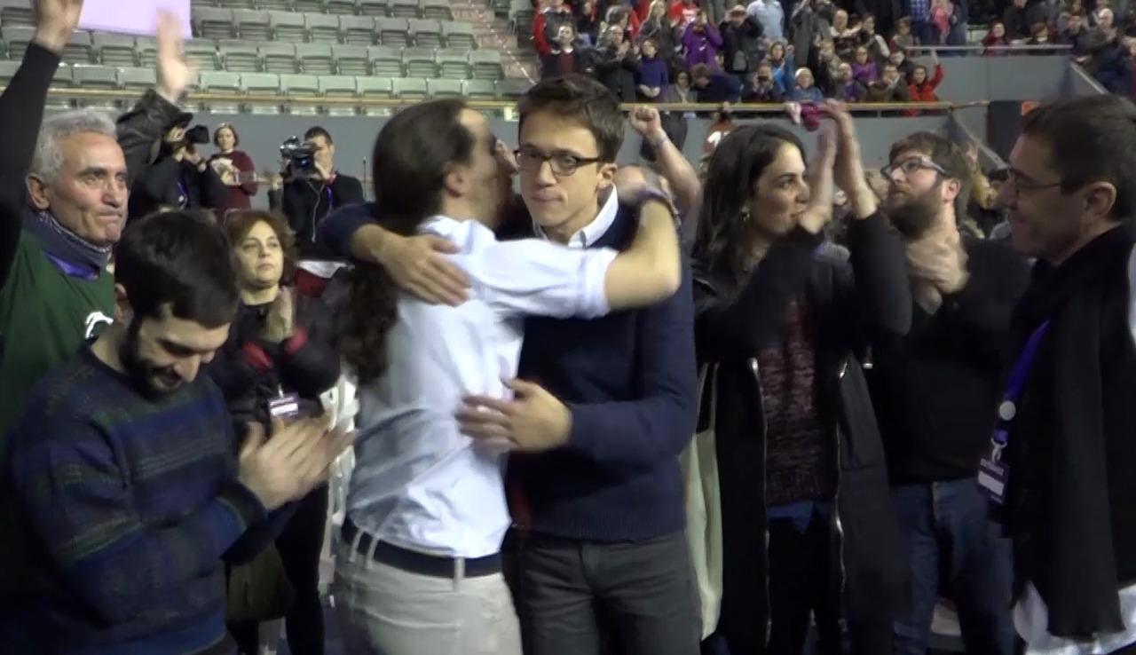 Pablo Iglesias abraza a Iñigo Errejón después de conocer los resultados. Foto: OKDIARIO