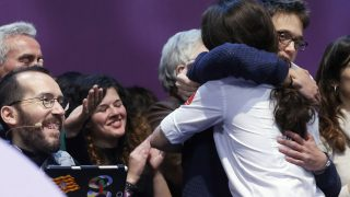 Pablo Iglesias abraza a Íñigo Errejón (Foto: EFE)