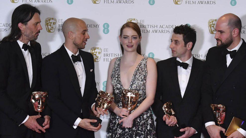 Los productores de 'La La Land' posan con la actriz Emma Stone, el director Linus Sandgre y el comositor Hurwitz con sus Bafta (AFP)