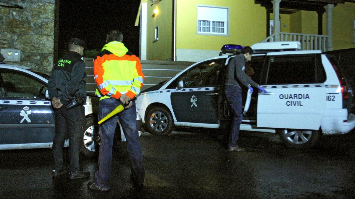 Agentes de la Guardia Civil en el exterior de la vivienda donde se encontraron los cadáveres (Foto: Efe).