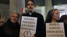 Se hicieron llamar los 'cleroflautas' y se colaron en Vistalegre. (Foto: Morticia Castiza)