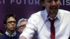 Íñigo Errejón escucha el discurso de Pablo Iglesias tras ser reelegido en Vistalegre II. (Foto: EFE)
