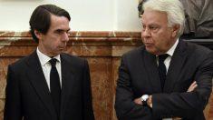 Los expresidentes del Gobierno José María Aznar y Felipe González. (Foto: AFP)