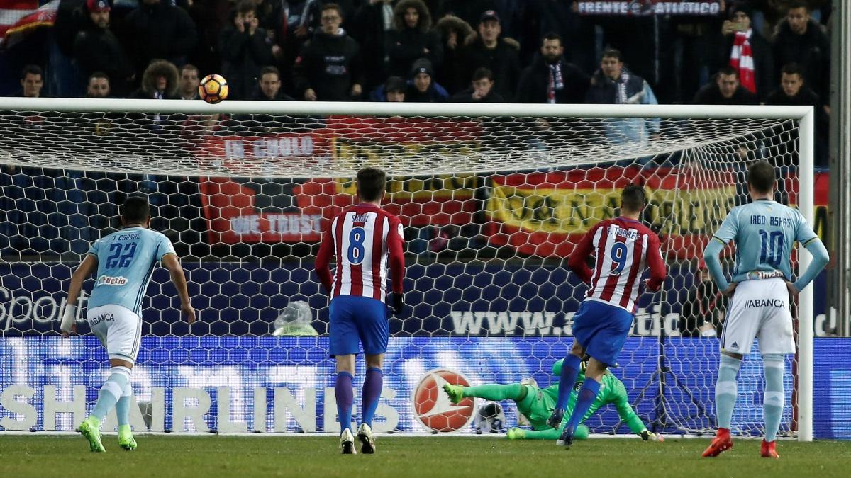 Fernando Torres falla el penalti durante el Atlético vs Celta