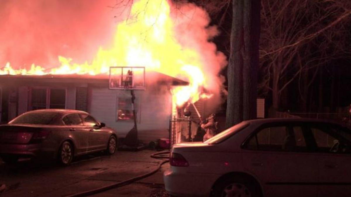 Imágenes de la casa en llamas. (Twitter)