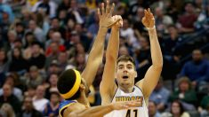Juancho Hernangómez anota un triple ante los Warriors. (AFP)