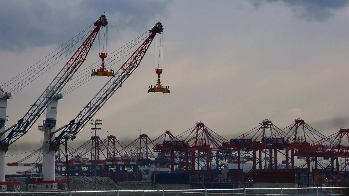Grúas y contenedores en un puerto (Foto: GETTY).