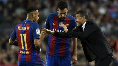 Luis Enrique da instrucciones a Neymar y Busquets. (AFP)