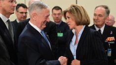 La ministra de Defensa, María Dolores de Cospedal, estrecha la mano a su homólogo estaoounidense, James Mattis (Foto: AFP).