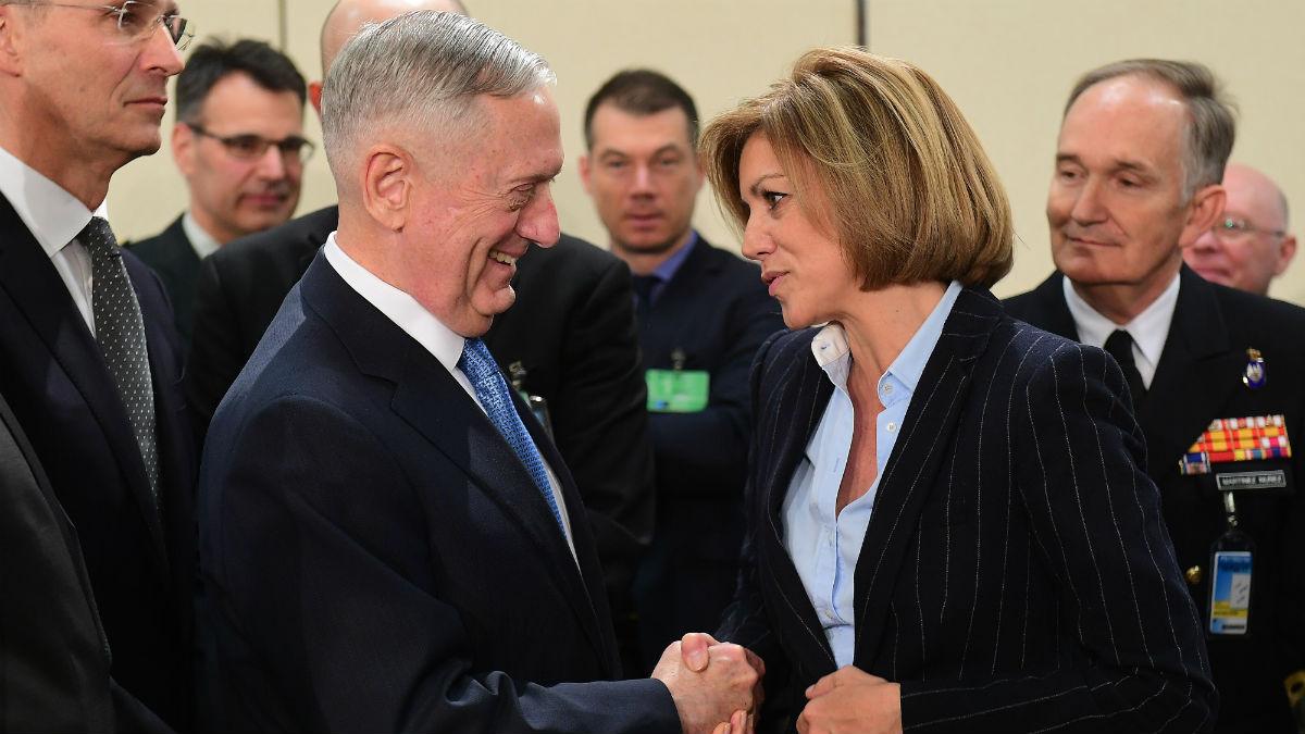 La ministra de Defensa, María Dolores de Cospedal, estrecha la mano a su homólogo estaoounidense, James Mattis. (Foto: AFP)