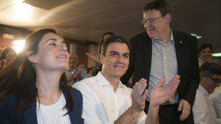 El ex secretario general del PSOE, Pedro S·nchez (c), junto al president de la Generalitat Valenciana Ximo Puig y la consejera de Sanidad, Carmen Montón. (Foto: EFE)