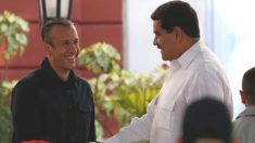 Tareck El Aissami. le estrecha la mano a Nicolás Maduro, dirigente de Venezuela. Foto: @TareckPSUV