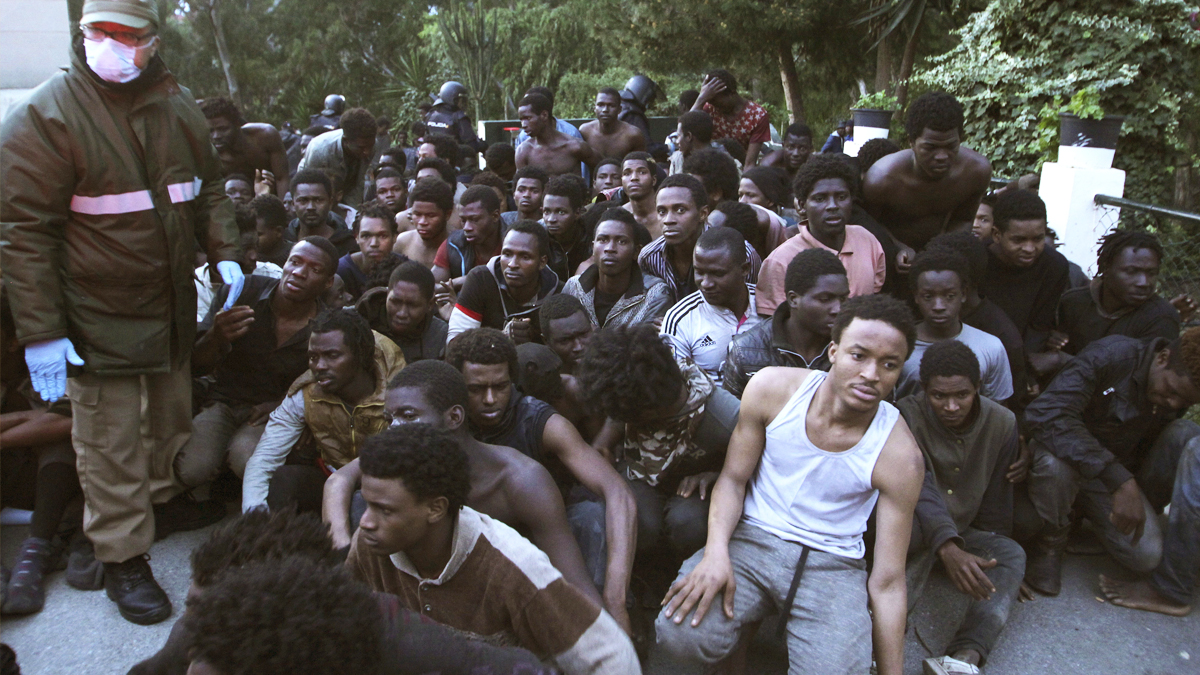 Un grupo de inmigrantes tras cruzar la frontera en Ceuta. (Foto: EFE)