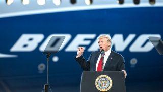Trump durante el discurso que pronunció en su visita a Boeing (Foto: AFP).