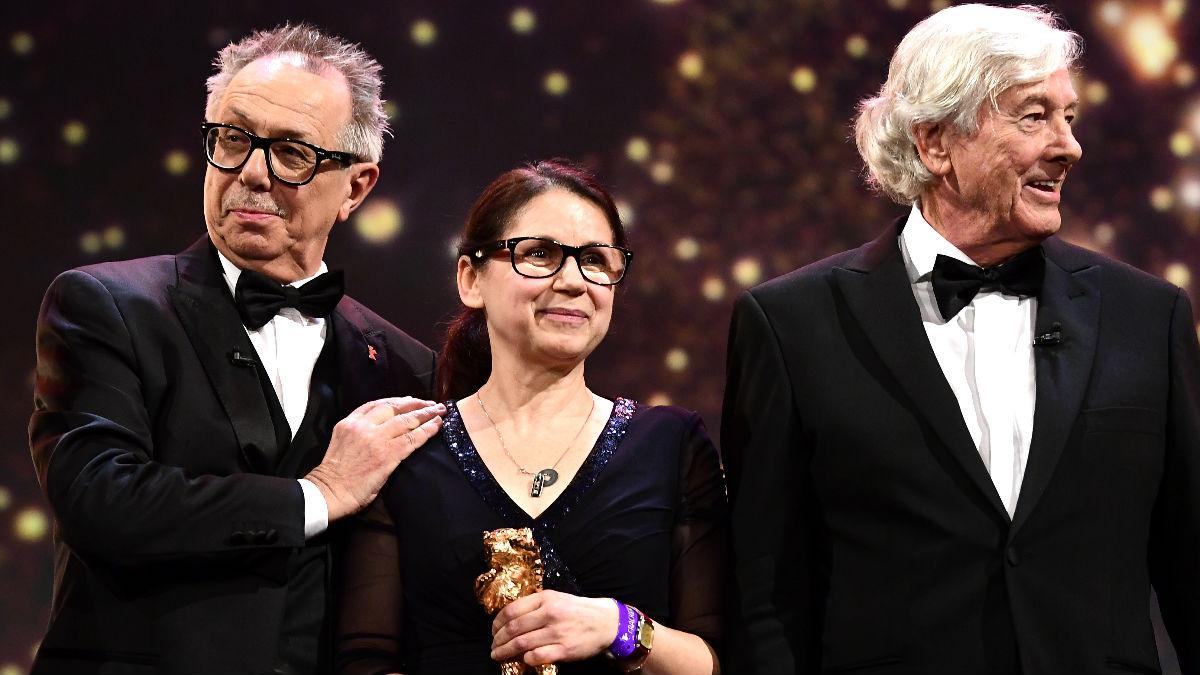 La realizadora Ildiko Enyedi junto al director de la Berlinale y Paul Verhoeven (Foto: AFP).
