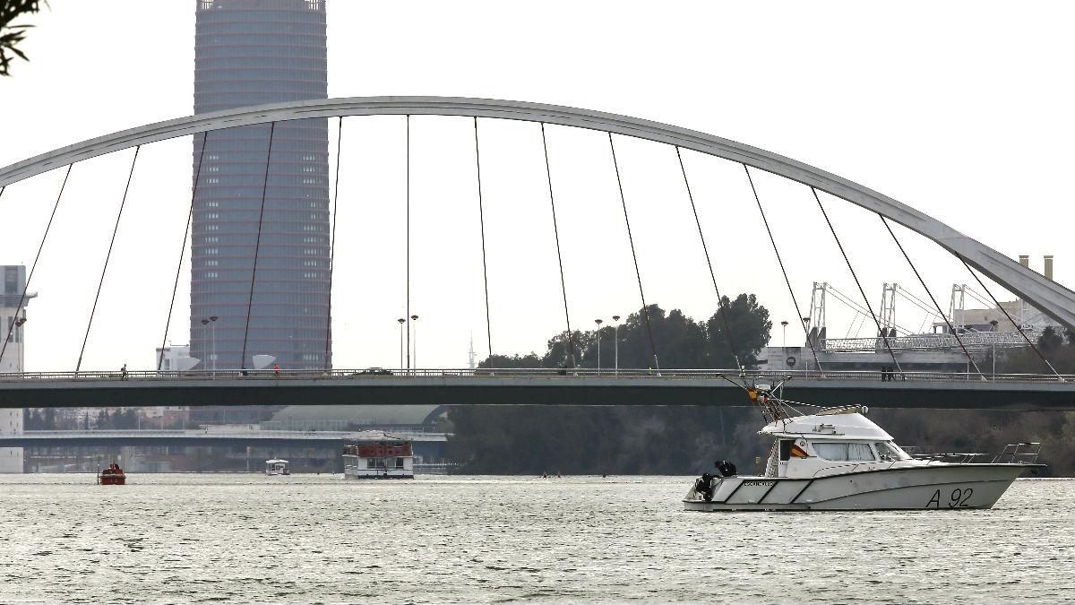 Un barco de la Armada en las tareas de búsqueda en el Guadalquivir (Foto: Efe).