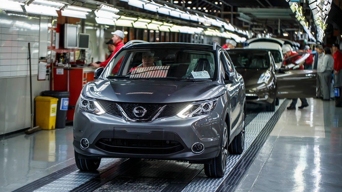 Trabajadores en una fábrica de Nissan.