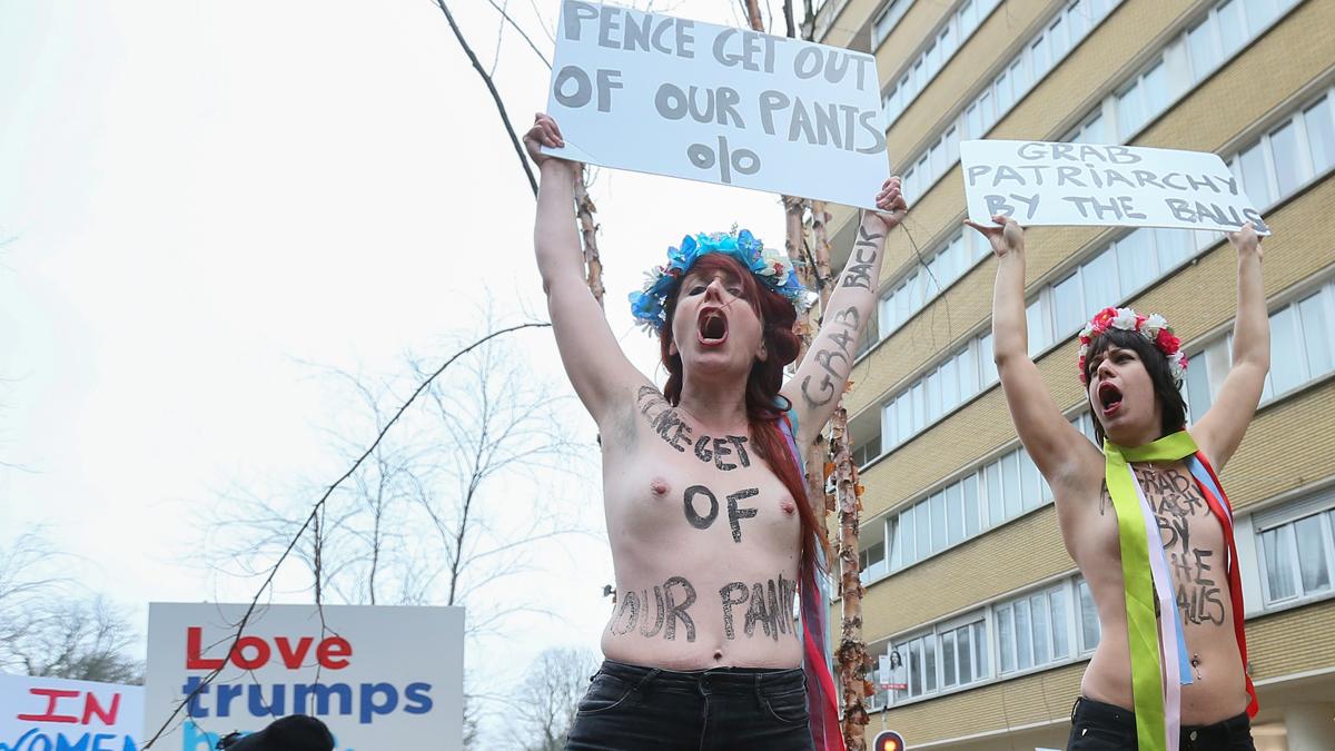 Así recibe Femen a Mike Pence en Bruselas. (Foto: AFP)