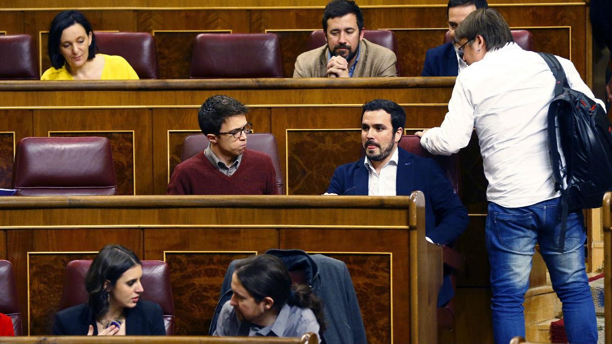 La bancada de Podemos en el Congreso, con Pablo Iglesias e Irene Montero en primera fila, tras ellos Íñigo Errejón, Alberto Garzón  y Carolina Bescansa (Foto: EFE)