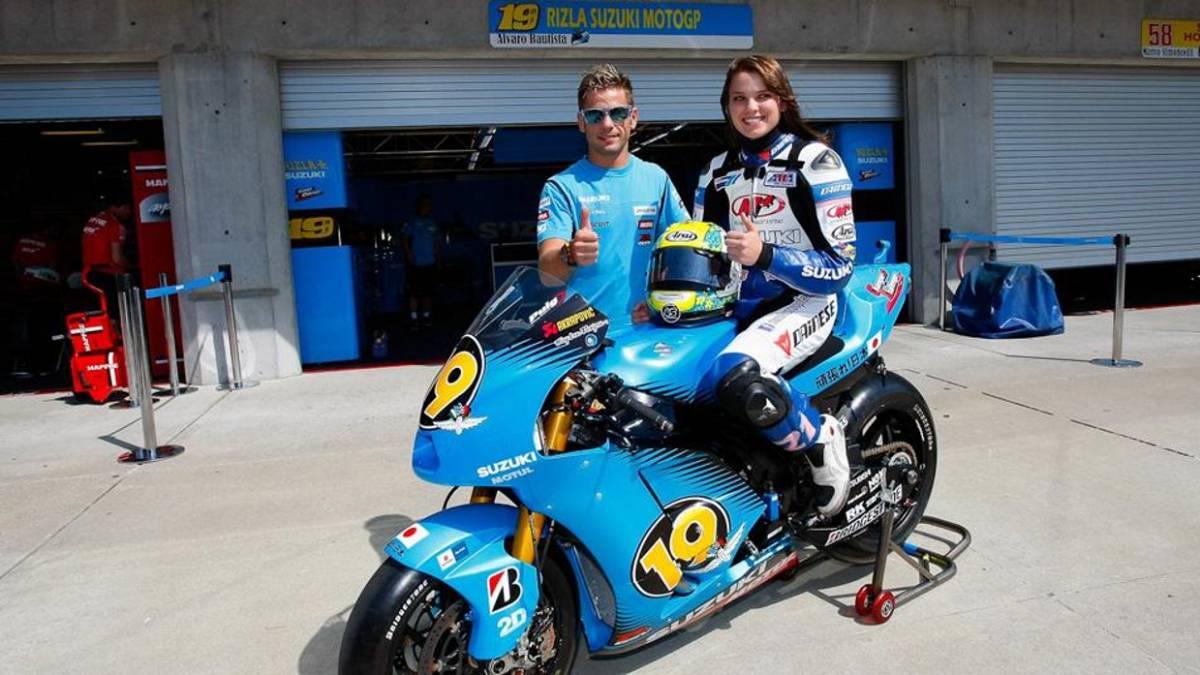 Elena Myers, junto a Álvaro Bautista y la Suzuki de éste en la temporada 2011.