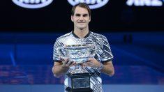 Roger Federer, con el trofeo de campeón del Open de Australia. (Getty)