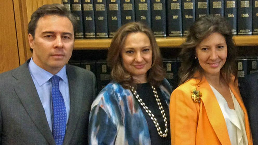 Dimas Gimeno junto a las hijas de Isidoro Álvarez (Fundación Ramón Areces).