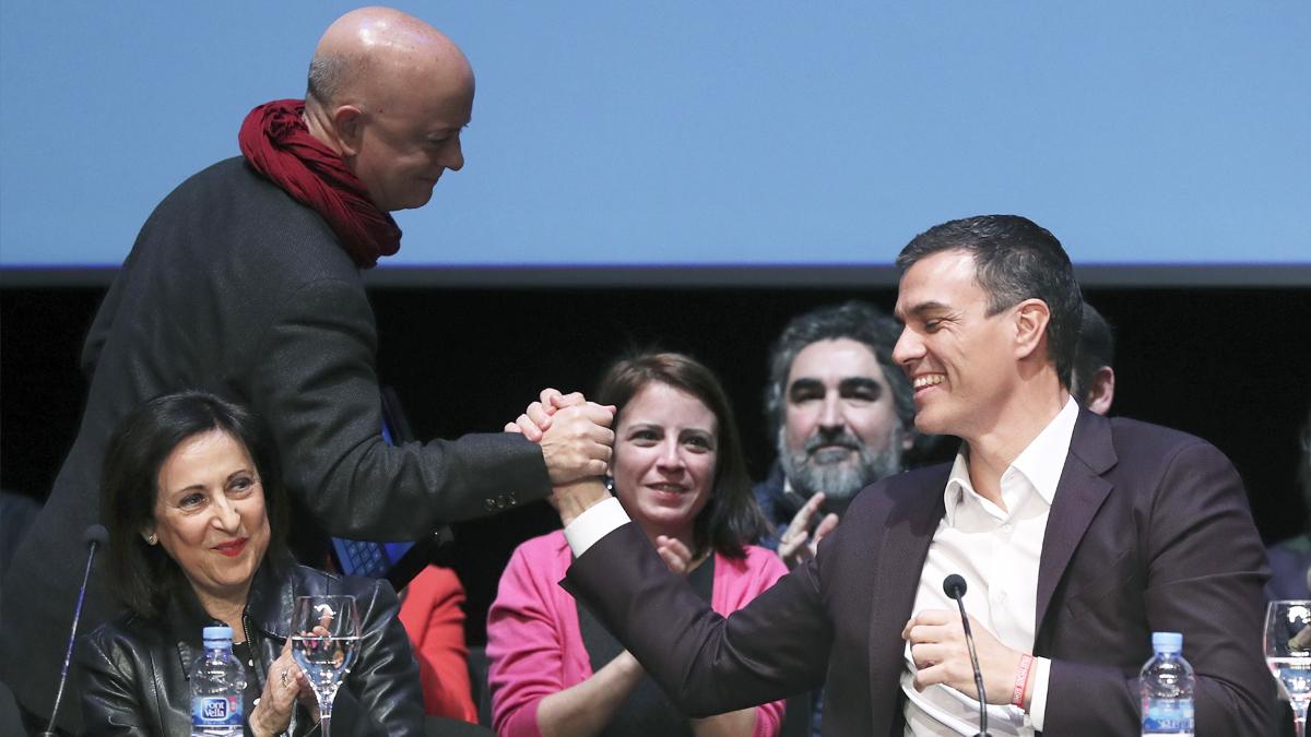Odón Elorza estrecha la mano a Pedro Sánchez ante Margarita Robles. (Foto: EFE)
