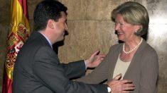 El ex ministro de Medio Ambiente, Jaume Matas, felicita a Carmen Martorell. (Foto: EFE)