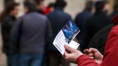 Un aficionado sostiene una entrada de la final de la Champions 2016 (Foto: GETTY)
