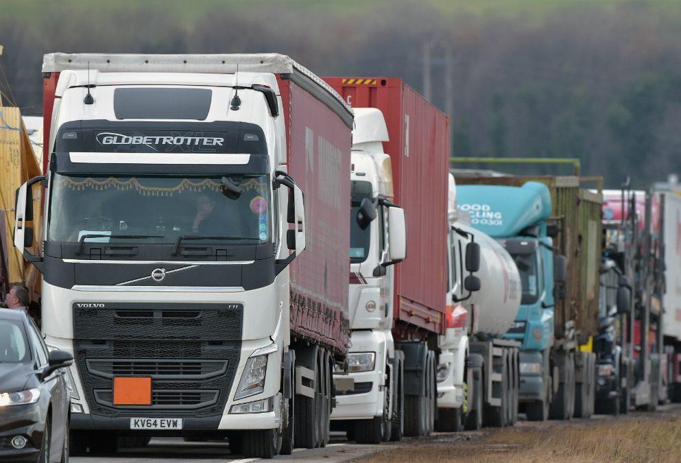 Camiones en carretera. (Foto: Getty).