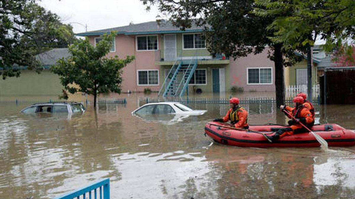 Los rescatadores buscan afectados en botes por las calles inundadas de San José (California).