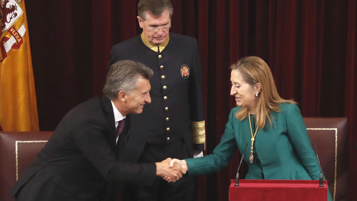 La presidenta del Congreso de los Diputados, Ana Pastor, saluda al presidente de Argentina, Mauricio Macri (Foto: Efe)