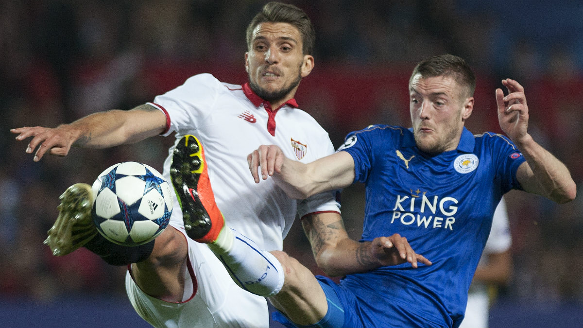 Escuderon y Vardy pelean un balón en el Sevilla-Leicester. (AFP)