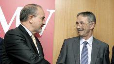 Pedro Solbes saluda a Julio Segura cuando fue nombrado presidente de la CNMV en 2007. (Foto: EFE)