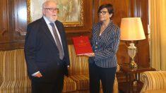 El ex fiscal del Tribunal Superior de Justicia de Murcia, Manuel López Bernal, junto  a la presidenta de la Asamblea Regional, Rosa Peñalver (Foto: Asamblea Regional de Murcia)