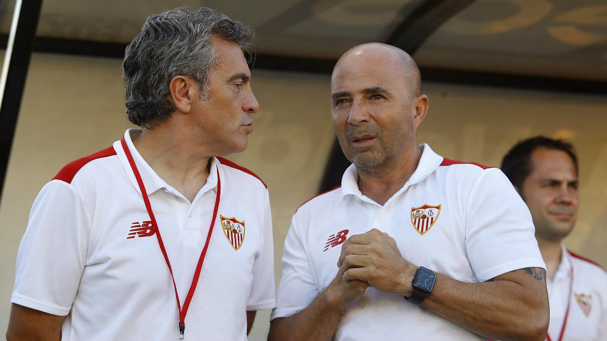 Jorge Sampaoli y Juanma Lillo conversan en el banquillo del Sevilla. (LaLiga)