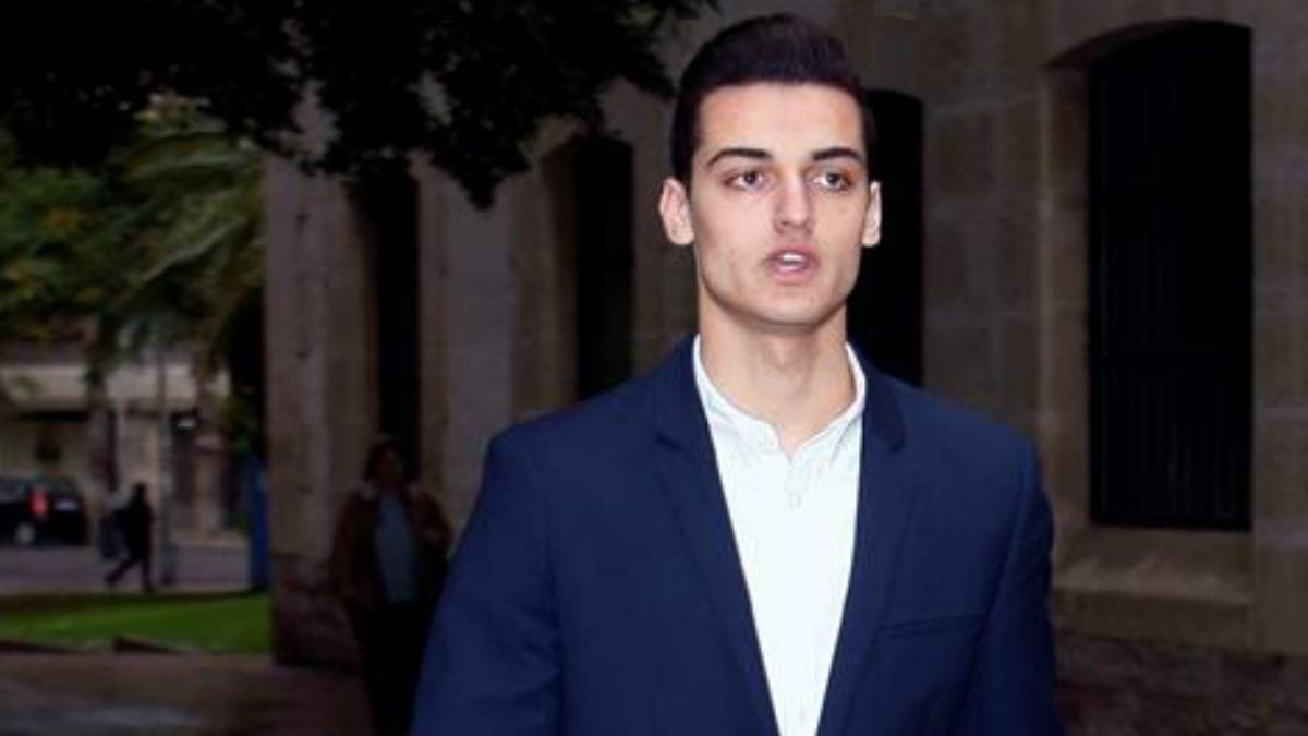 El youtuber Sergio Soler, conocido como 'Mr. Granbomba', a su llegada hoy a los juzgados para la vista del juicio por el caso «caranchoa». Foto: EFE