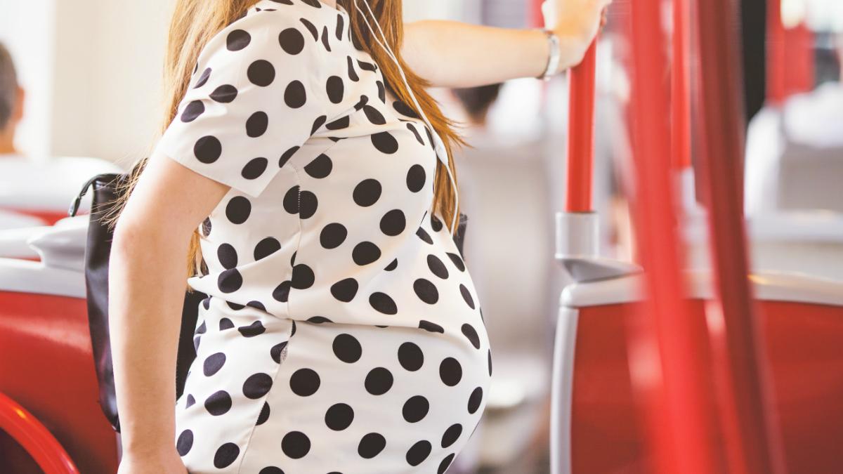 Mujer embarazada en el autobús (Foto: iStock).