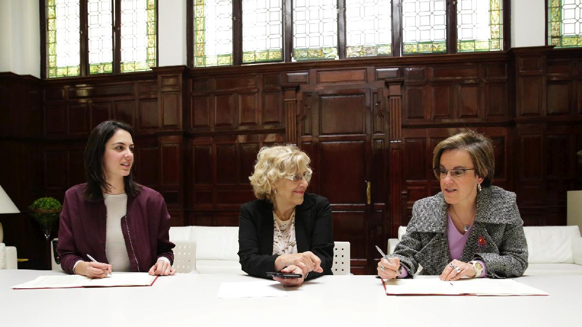 Rita Maestre, Manuela Carmena y Puri Causapié en la firma del acuerdo de presupuestos 2017. (Foto: Madrid)