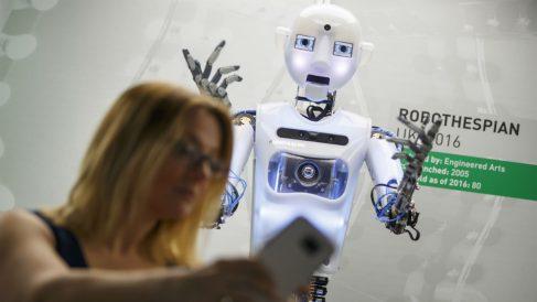 Una mujer se hace una 'selfie' con un robot (Foto: GETTY).