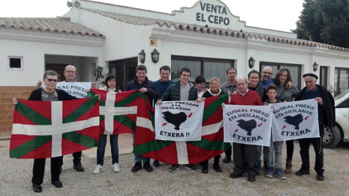 La abogada de ETA Arantza Zulueta, recibida por otros proetarras a su salida de la cárcel de Puerto III (Cádiz).